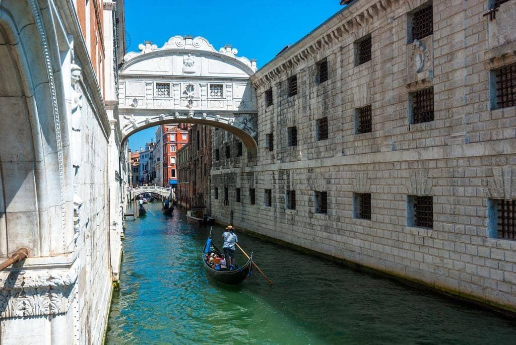 Seufzerbrücke in Venedig am Dogenpalast