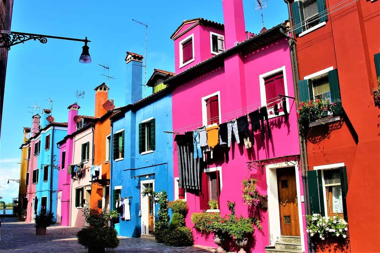 rosa und blaues Haus in Burano